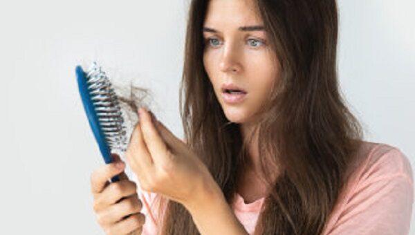Perdita di capelli, unghie fragili e carenza vitaminica, c'è un nesso?